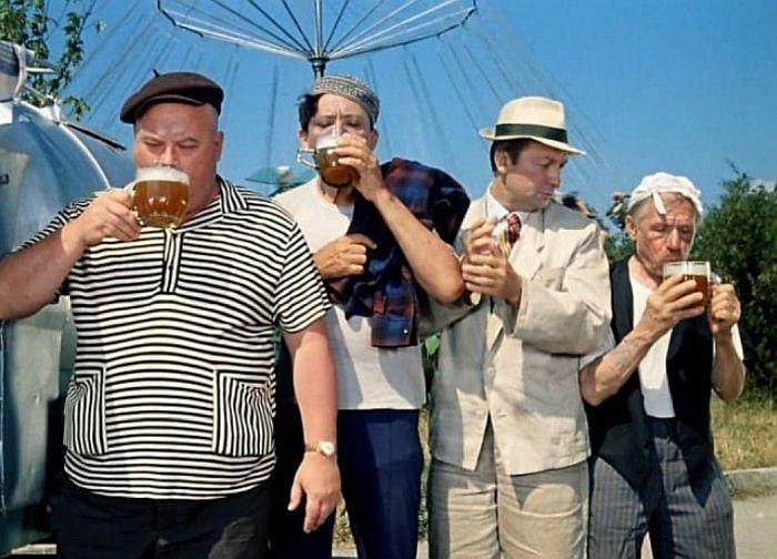 Георгий Светлани (справа), кадр из фильма «Кавказская пленница». / Фото: www.kino-teatr.ru