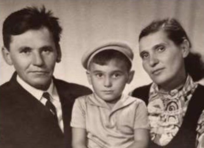 Сергей Пускепалис с родителями. / Фото: www.galabiography
