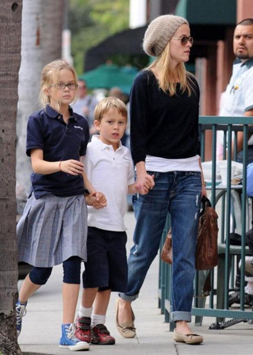Риз Уизерспун с сыном и дочерью. / Фото: www.blogspot.com