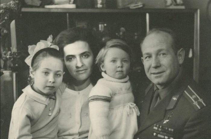 Алексей и Светлана Леоновы и их дочери Виктория и Оксана. / Фото: www.yandex.net