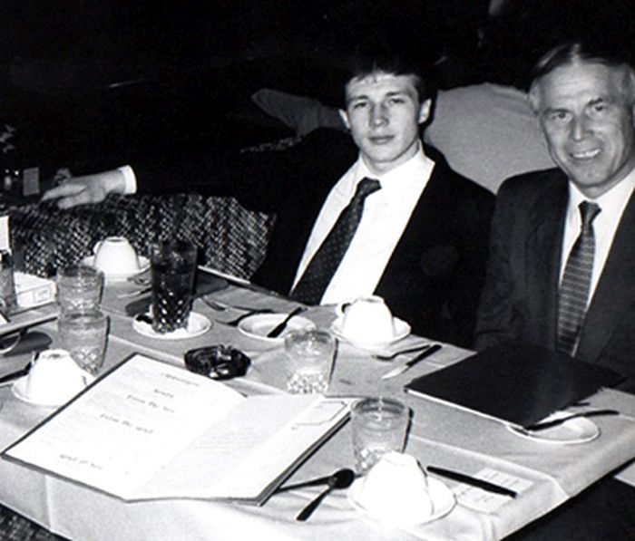Уолтер Половчак празднует получение гражданства США со своим адвокатом Джулианом Куласом. / Фото: www.decades.com