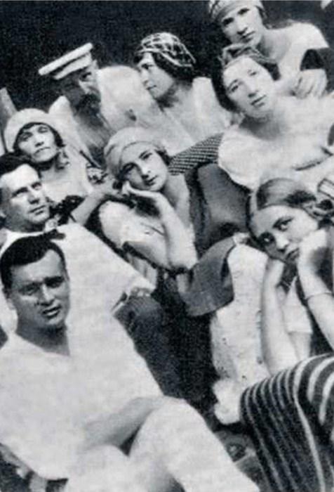 Катерина Корнакова и Борис Бриннер с артистами МХТ. / Фото: www.kiozk.ru