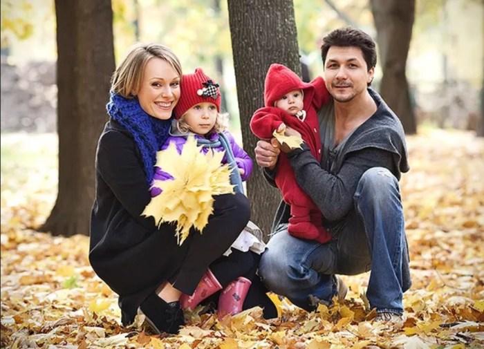 Ольга Ломоносова и Павел Сафонов с Варварой и Александрой. / Фото: www.hellomagazine.com