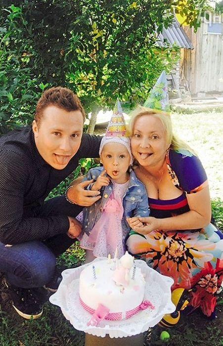 Светлана Пермякова и Максим Скрябин с дочерью. / Фото: www.plitkar.com.ua