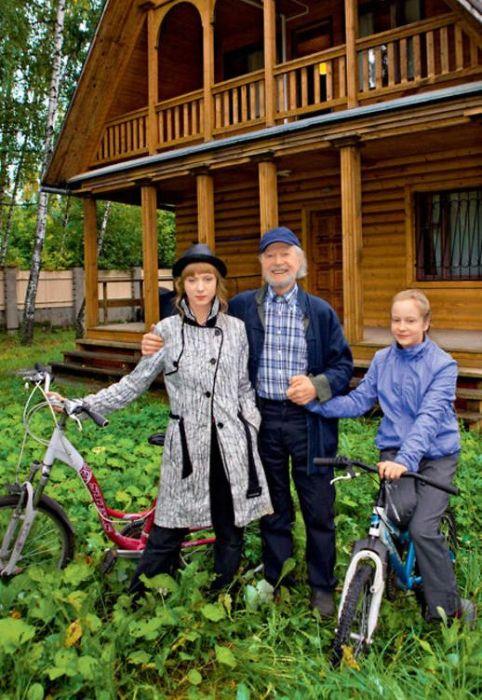 Альберт Филозов с дочерьми. / Фото: www.7days.ru