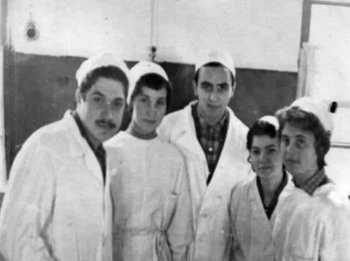Юлий Гусман (крайний слева) в студенческие годы. / Фото: www.trend.az