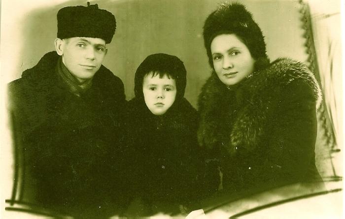 Станислав Садальский в детстве с родителями. / Фото: www.peoples.ru