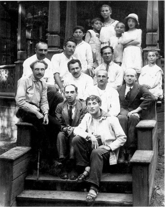 Марк Шагал (снизу справа) в Еврейской детской колонии в Малаховке. / Фото: www.m-chagall.ru