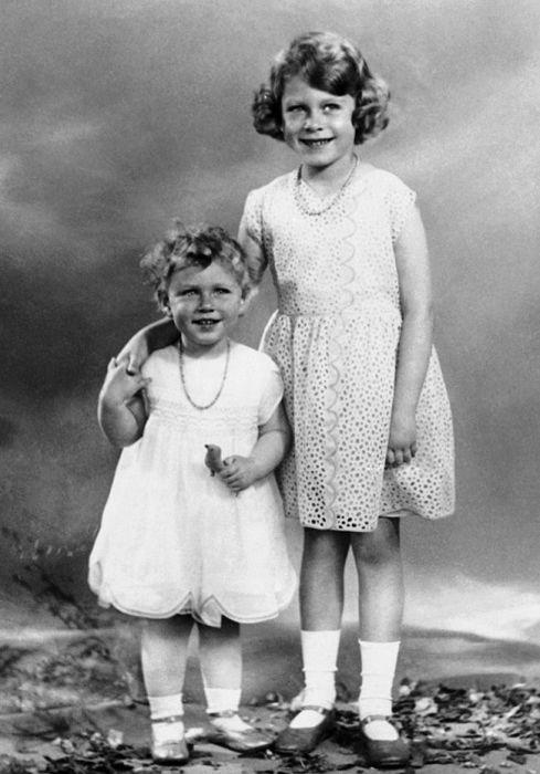 Будущая королева Великобритании и её младшая сестра. / Фото: www.yahoo.com