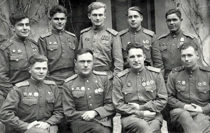 Сергей Щиров (второй слева в нижнем ряду) с группой лётчиков 267-го ИАП. / Фото: www.soviet-aces-1936-53.ru