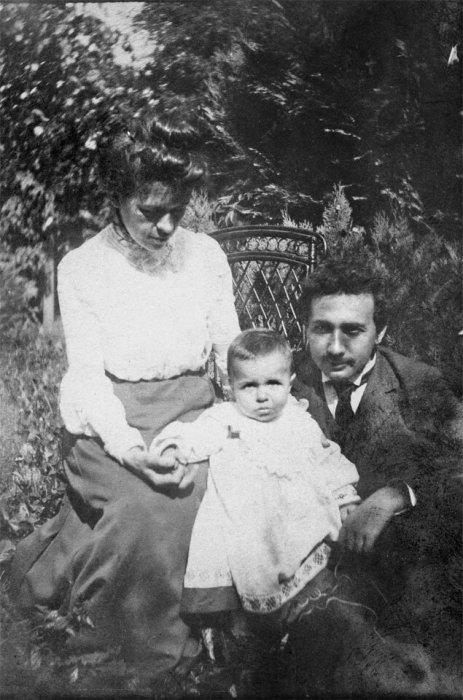 Альберт Эйнштейн и Милева Марич со старшим сыном Гансом. / Фото: www.yandex.net