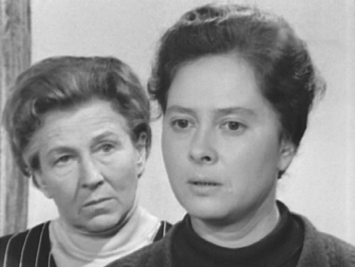 Кадр из фильма-спектакля «Сослуживцы». Слева Александра Москалёва. / Фото: www.kino-teatr.ru