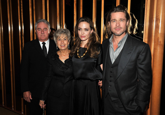 Анджелина Джоли с мужем и его родителями. / Фото: www.woman.ru