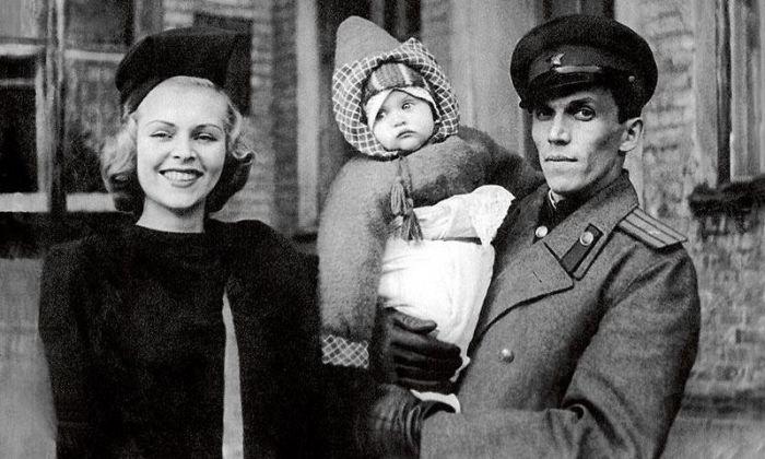 Елена Метёлкина с родителями. / Фото: www.waralbum.ru