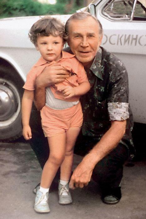 Иван Лапиков с внуком. / Фото: www.7days.ru