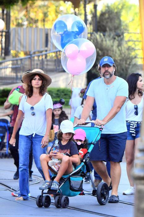 Пенелопа Крус и Хавьер Бардем с детьми. / Фото: www.goodtimes.com.pk