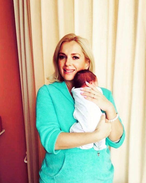 Мария Порошина с новорождённым сыном. / Фото: www.yakrasavitsa.ru