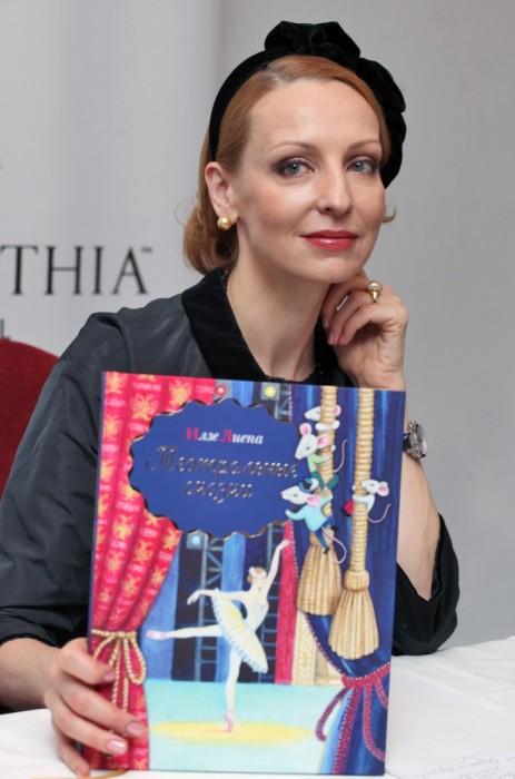 Илзе Лиепа с книгой «Театральные сказки». / Фото: www.woman.ru