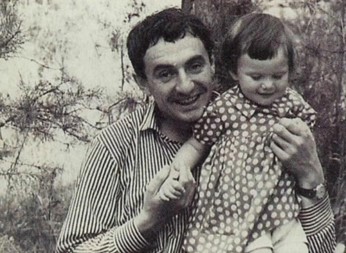 Александра Захарова в детстве с отцом. / Фото: www.yandex.net