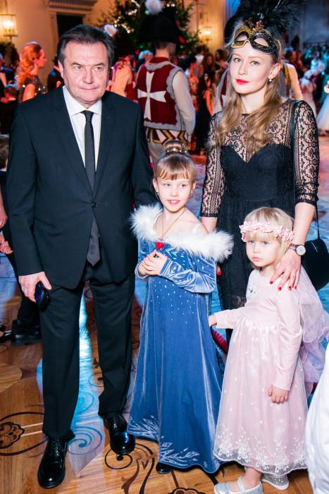 Юлия Пересильд и Алексей Учитель с детьми. / Фото: www.woman.ru