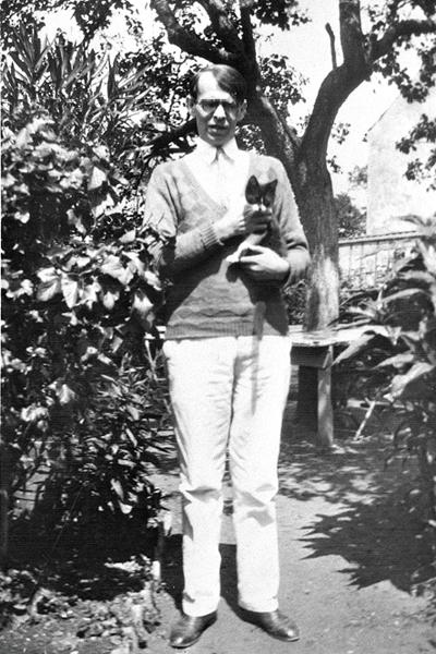 Владислав Ходасевич и его любимый кот Наль. Арти. 1931 год. / Фото: www.russkiymir.ru