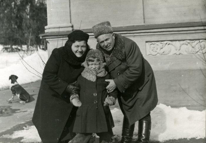 Никита Хрущёв с супругой и удочерённой внучкой Юлей. / Фото: www.magspace.ru