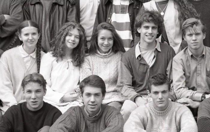 Эммануэль Макрон (четвёртый слева в верхнем ряду) с одноклассниками. / Фото: www.bykvu.com