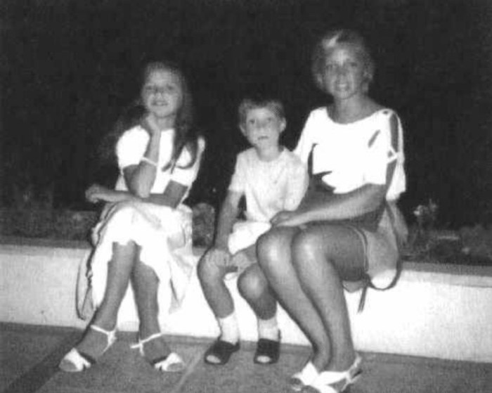Татьяна Резун с детьми. / Фото: www.dom-knig.com