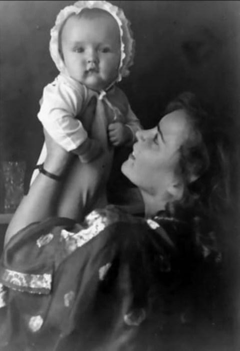 Кора Ландау с сыном. / Фото: www.kleinburd.ru