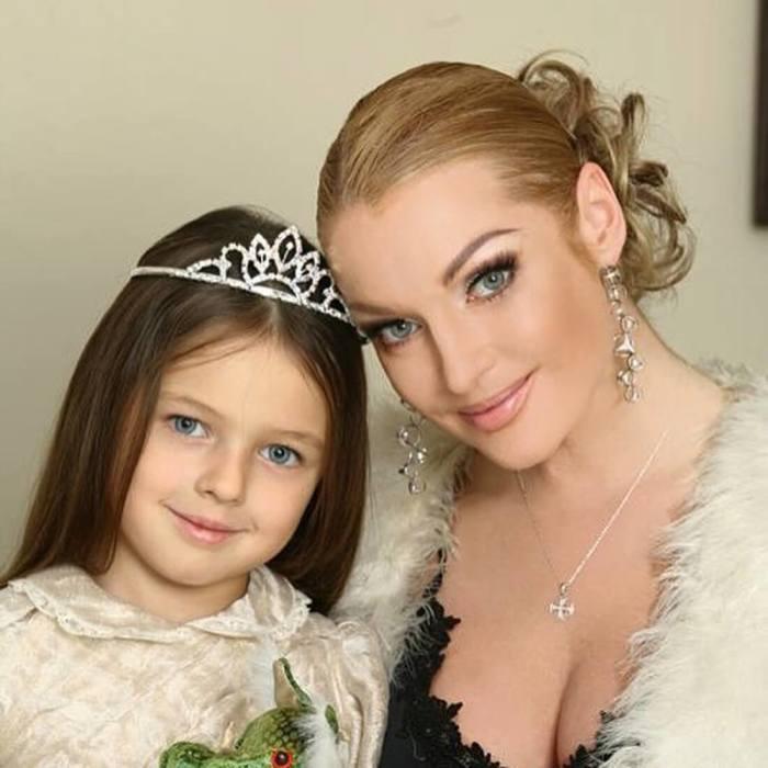 Анастасия Волочкова с дочерью. / Фото: www.e-w-e.ru