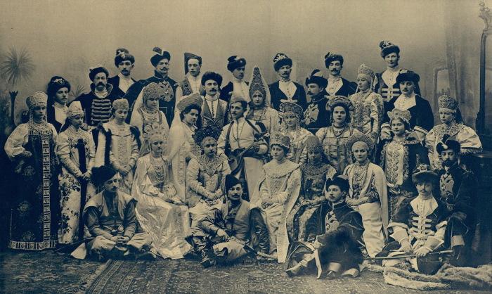 Гости костюмированного бала 1903 года. / Фото: www.wikipedia.org