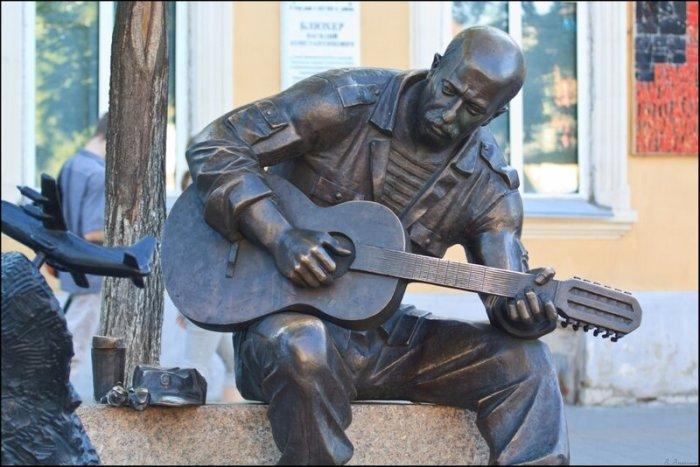 Памятник Александру Розенбауму в Челябинске. / Фото: www.skyscrapercity.com