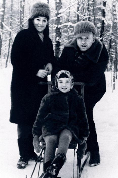 Дмитрий Бучкин и Александра Завьялова с дочерью. / Фото: www.7days.ru