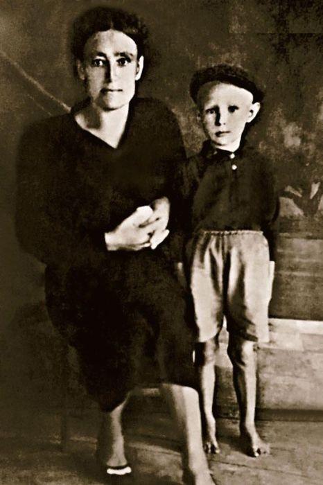 Александр МиÑайлов в детстве с мамой, Степанидой Наумовной. / Фото: www.7days.ru