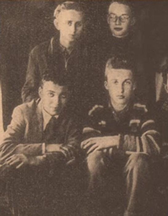 Карел Готт с друзьями по учебному корпусу. / Фото: www.youtube.com