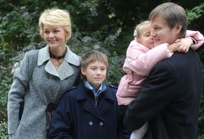 Юлия Меньшова и Игорь Гордин с детьми. / Фото: www.jauns.lv