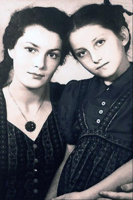 Элина Быстрицкая с младшей сестрой Софьей. / Фото: www.7days.ru