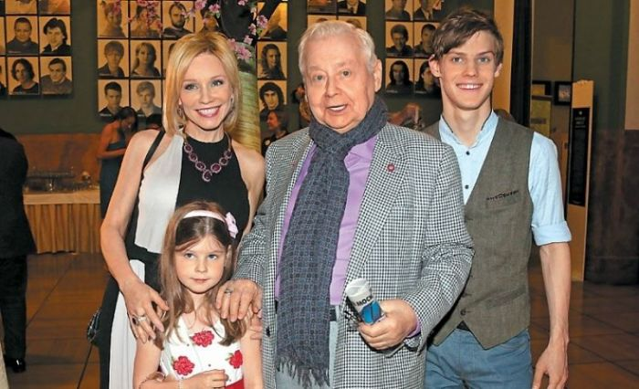 Марина Зудина и Олег Табаков с детьми. / Фото: www.bloknot.ru