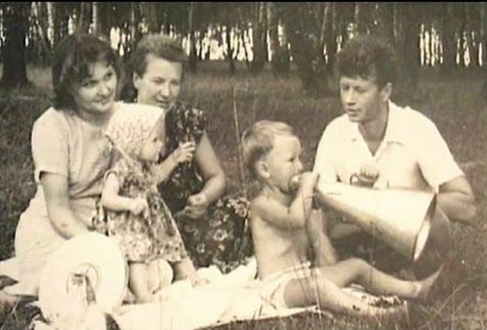 Леонид и Тамара Быковы с детьми и мамой режиссёра. / Фото: www.leonid-bykov.ru