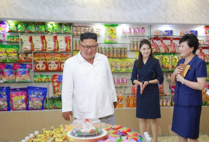 Ким Чен Ын и его жена Ри Соль Чжу осматривают демонстрационный зал продуктов на фабрике продуктов питания. / Фото: www.38north.org