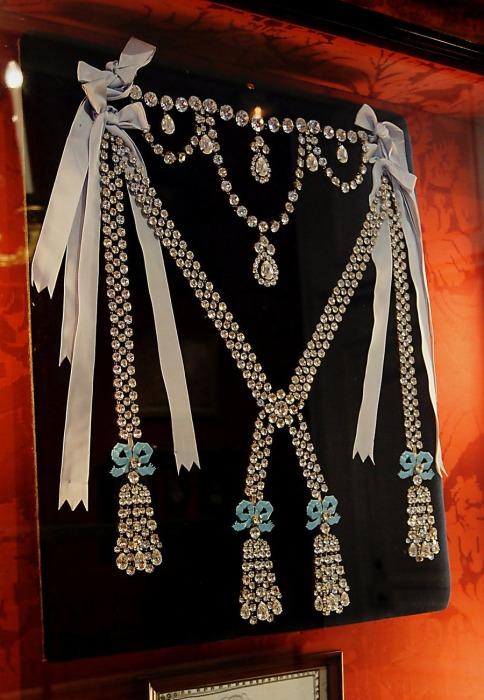 Реконструированное ожерелье королевы. / Фото: www.barnebys.com