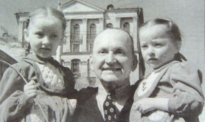 Александр Вертинский с Марианной и Анастасией. / Фото: www.twimg.com