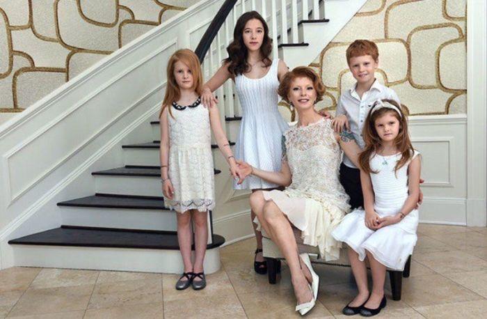 Амалия Мордвинова с детьми. / Фото: www.twimg.com