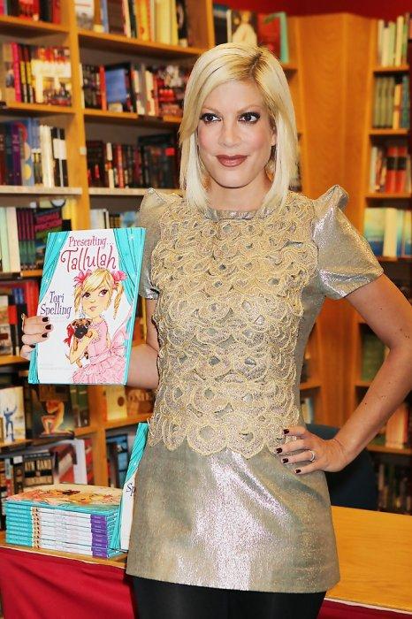 Тори Спеллинг  и её книга «Представляя Талулу». / Фото: www.zimbio.com