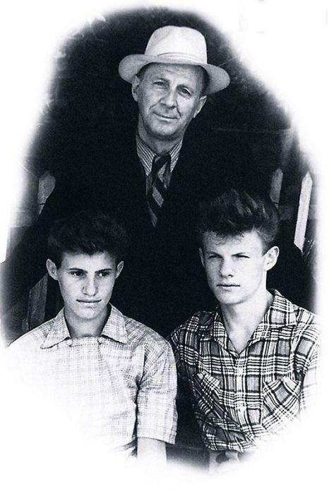 Виталий Соломин (справа) с отцом и двоюродным братом. / Фото: www.7days.ru