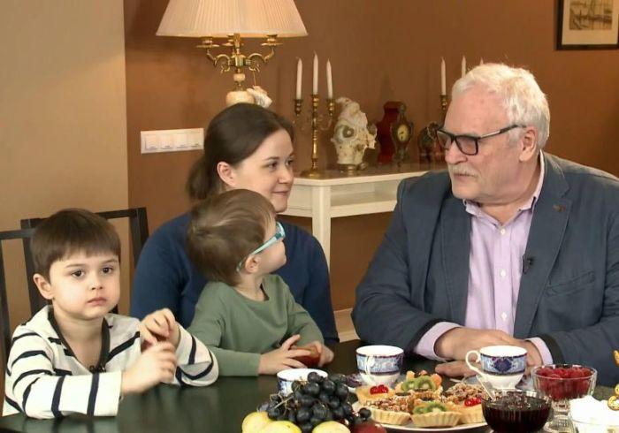Полина Невзорова с отцом и сыновьями. / Фото: www.1tv.ru