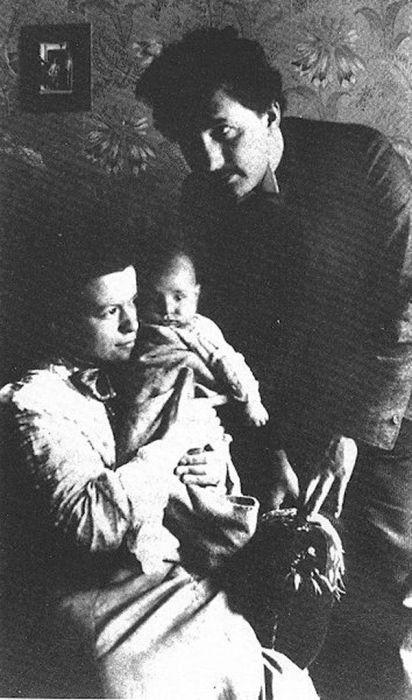 Альберт Эйнштейн и Милева Марич с сыном. / Фото: www.idntimes.com