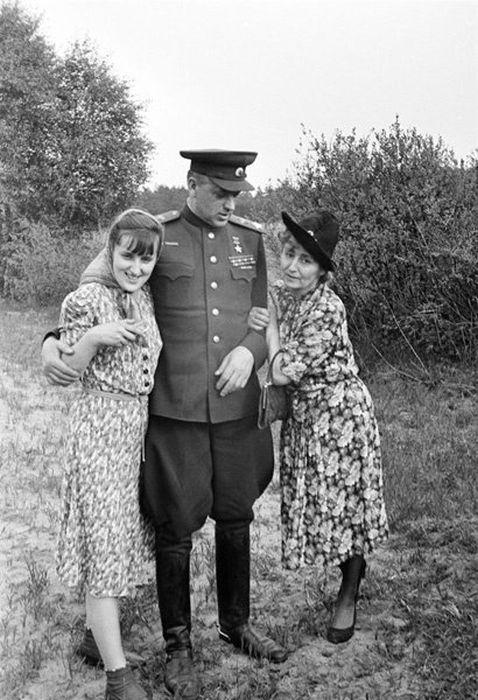 Константин Рокоссовский с женой Юлией Барминой и дочерью Ариадной. 1945 г. / Фото: www.twitter.com