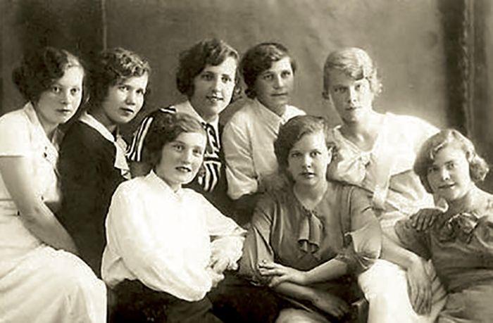 Екатерина Фурцева в молодости (средняя в нижнем ряду). / Фото: www.udivim.net
