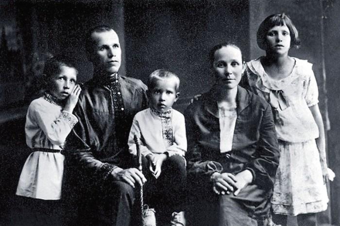 Иван Лапиков (слева) с родителями, братом и сестрой. / Фото: www.fishki.net